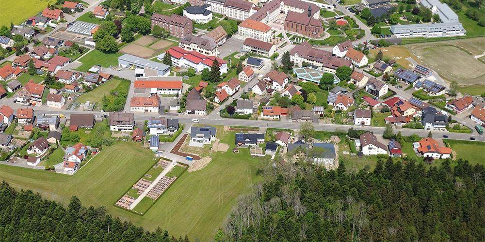 Luftbild mit Friedhof