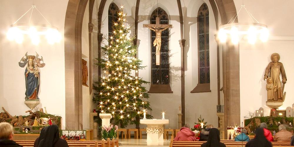Weihnachtlicher Chorraum